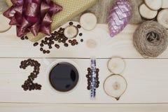 надпись 2018 кофейных зерен, кружки кофе и деревянных кусков, фиолетовое рождество забавляется Стоковая Фотография RF