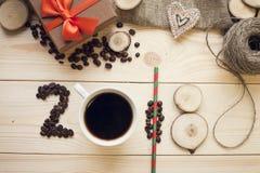 надпись 2018 кофейных зерен, кружки кофе и деревянных кусков Стоковая Фотография RF