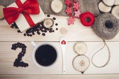 надпись 2018 кофейных зерен, кружки, чайной ложки и деревянных кусков, красных украшений рождества Стоковые Изображения