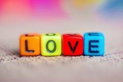 Надпись, любовь, от пестротканых пластиковых кубов стоковое фото rf