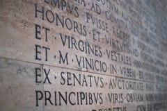 Надпись на мраморном слябе в Риме с деталью на Virgines стоковые изображения rf