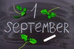 Надпись 1-ое сентября Мелок на классн классном стоковые изображения rf