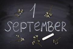 Надпись 1-ое сентября Мелок на классн классном стоковая фотография