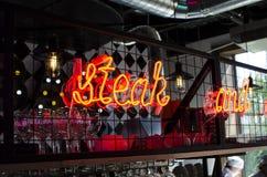 Надпись от лампы коктеиля Надпись в баре дальше Стоковые Фото