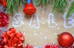 Надпись продажи на предпосылке рождества Новый Год украшения на бумаге kraft Коробки рождества в снеге с Стоковое Фото