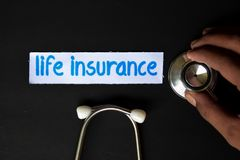 Надпись страхования жизни с взглядом стетоскопа стоковая фотография
