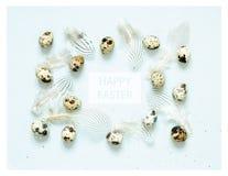 Надпись счастливая пасха Состав пасхи с пасхальными яйцами, и пер стоковое фото