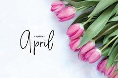 Надпись счастливый апрель Цветок тюльпана стоковые фото