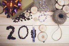 надпись 2018 украшений кофейных зерен, фиолетовых и золотых рождества Стоковые Изображения
