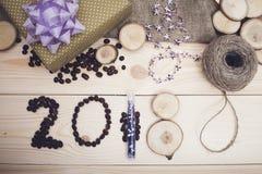 надпись 2018 украшений кофейных зерен, фиолетовых и золотых рождества Стоковая Фотография
