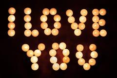 Надпись Я ТЕБЯ ЛЮБЛЮ сделала путем гореть свечи на деревянной предпосылке Принципиальная схема дня ` s Валентайн стоковое фото