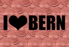 """Надпись """"я люблю Bern """"в черном шрифте на предпосылке 2 центов евро стоковое фото"""