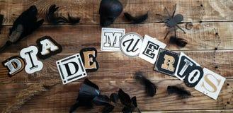 Надпись Dia de los Muertos дальше woodden предпосылка стоковые фото
