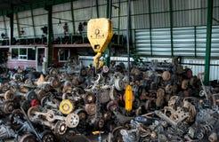 Надувательство гаража рециркулировать о старых цапфах колеса автомобиля и используемых частях Стоковое Изображение RF