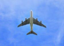 над аэропланом сразу выпускает струю небо громоздк Стоковые Фотографии RF