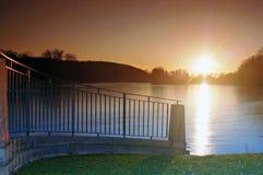 над большим прудом вечера стоковое изображение rf