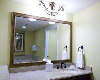 над большой раковиной зеркала Стоковая Фотография