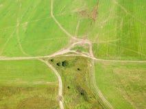Над взглядом проселочных дорог в зеленой зиме fields Стоковые Фото