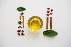 над взглядом Свежий душистый и здоровый травяной или зеленый чай в кружке Стоковое Изображение RF