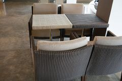 Над взглядом сплетенных плетеных безшовных таблицы и стульев картины Стоковые Изображения