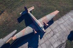 Над взглядом трутня на старых воздушных судн перехода пропеллера WWII воинских Стоковые Фотографии RF