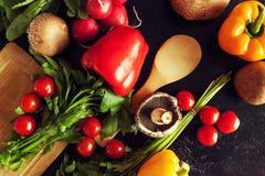 Над взгляд сверху разного вида овощей на темной доске Стоковое Изображение