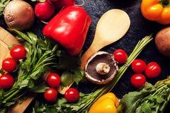 Над взгляд сверху разного вида овощей на темной доске Стоковые Фотографии RF
