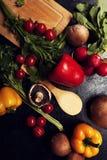 Над взгляд сверху разного вида овощей на темной доске Стоковая Фотография