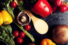 Над взгляд сверху разного вида овощей на темной доске Стоковые Изображения RF