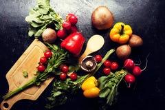 Над взгляд сверху разного вида овощей на темной доске Стоковая Фотография RF