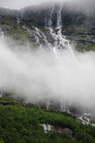 над водопадом Норвегии lovatnet озера Стоковое Фото
