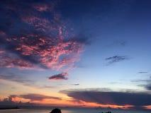 над восходом солнца моря Розовый, голубой и оранжевый цвет Красотка в природе стоковое изображение rf