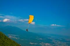над городком paragliding стоковые фото