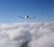 над громоздк двигателя облаков Стоковая Фотография