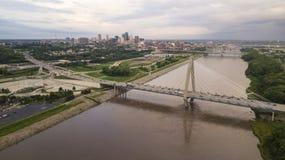 Над движением KCMO часа пик архитектуры моста Миссури стоковые изображения