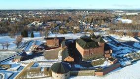 Над древней крепостью города видео Hameenlinnaaerial Финляндия видеоматериал