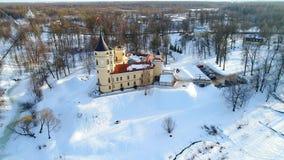 Над замком Bip, солнечный день в феврале Павловск, видео антенны России сток-видео