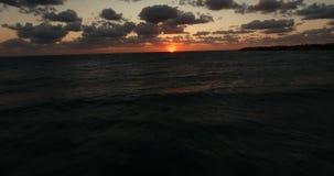над заходом солнца моря Волны свертывают сверх одно другое Вечер лета холодный акции видеоматериалы