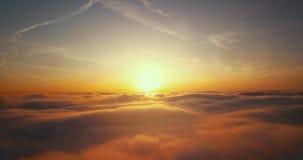 над заходом солнца облаков видеоматериал