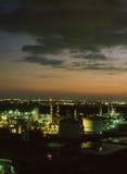 над заходом солнца рафинадного завода Стоковое Изображение