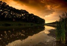 над заходом солнца реки ландшафта предпосылки промышленным стоковые изображения