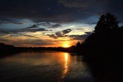 над заходом солнца реки стоковое фото rf