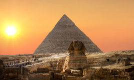 над заходом солнца сфинкса пирамидки Стоковое Изображение