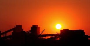 над заходом солнца фабрики Стоковая Фотография RF