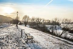 над зимой времени захода солнца walway стоковые изображения