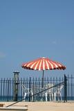 над зонтиком таблицы моря стоковое фото rf