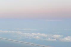 над летать облаков взгляд от самолета, мягкий фокус Стоковая Фотография