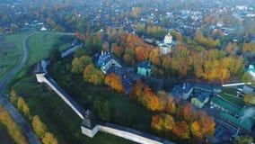 Над монастырем Pskovo-Pechersky Pechora, видео антенны России видеоматериал