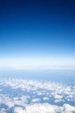 над небом голубых облаков светлым Стоковое Изображение