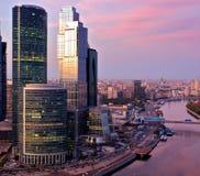 над небоскребами города самомоднейшими Стоковые Изображения